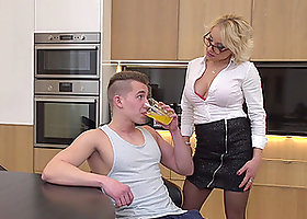 Handsome mature MILF Tara Spades blows and rides in the kitchen