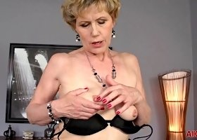 Saggy breasted mature bitch in stockings vigorously toys her twat